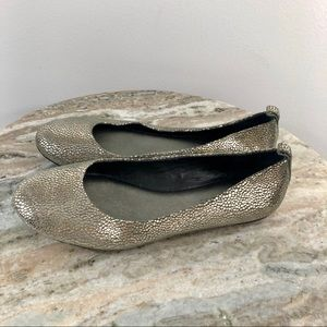 Banana Republic Size 7 Flats Silver Leather